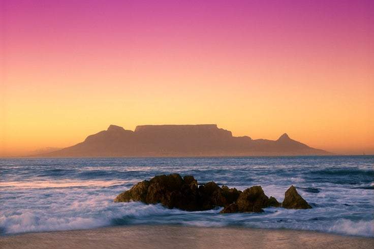 A3CD3P table mountain at sunrise from bloubergstrand cape town south africa