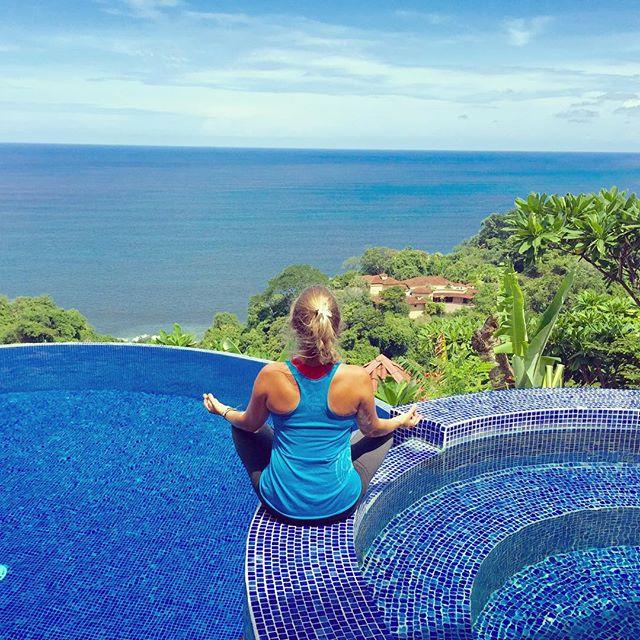 Chica haciendpo yoga en Costa Rica