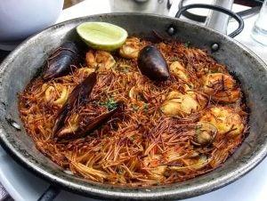a pan of seafood fideua