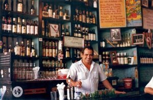 a barman making mojitos at boguedita del medio