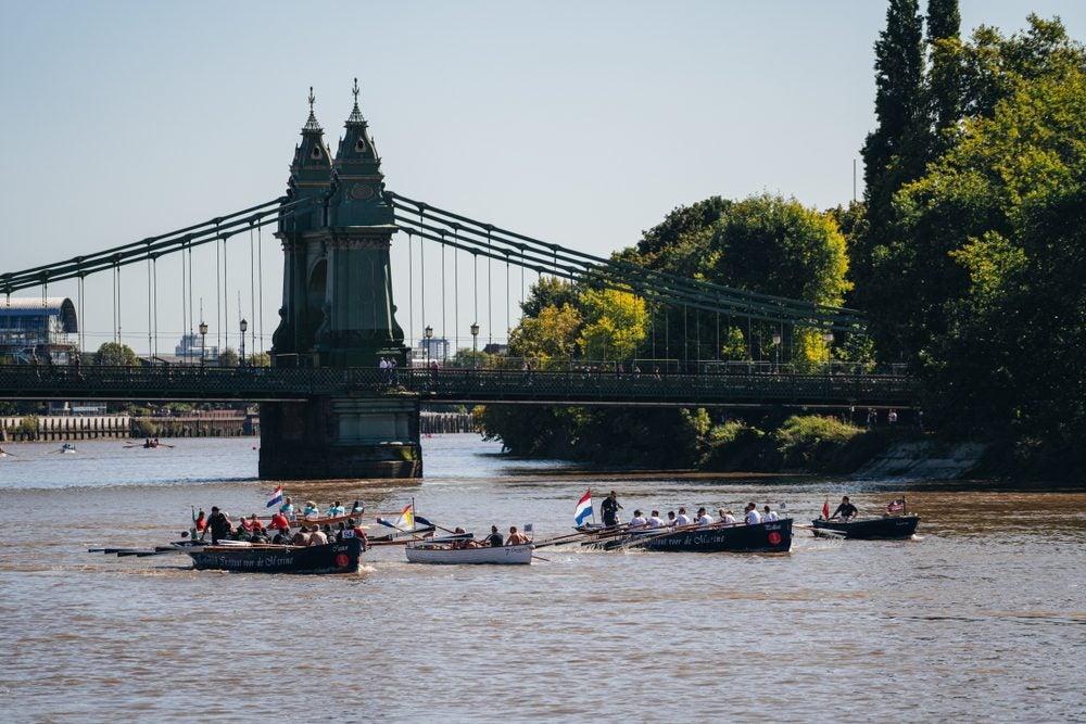 Rowing boats near Hammersmith Bridge